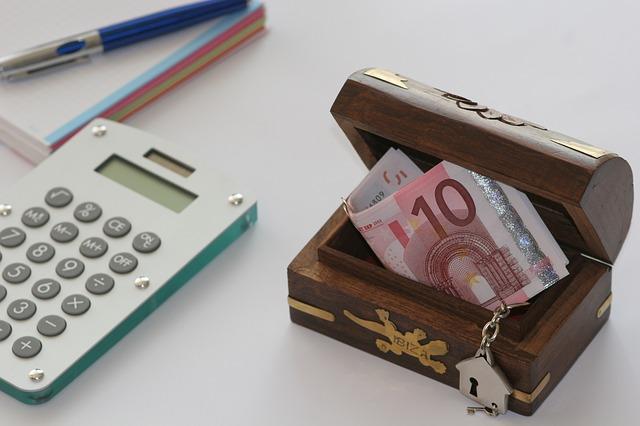 krabička, peníze, kalkulačka
