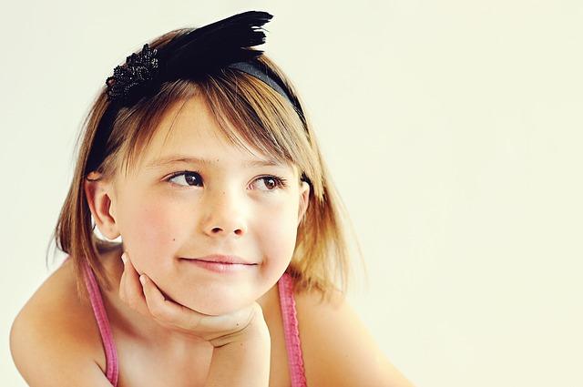 dívka s čelenkou