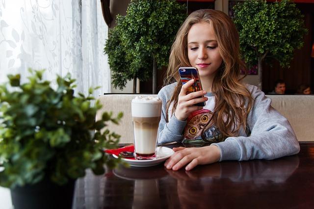 puberťačka s mobilem