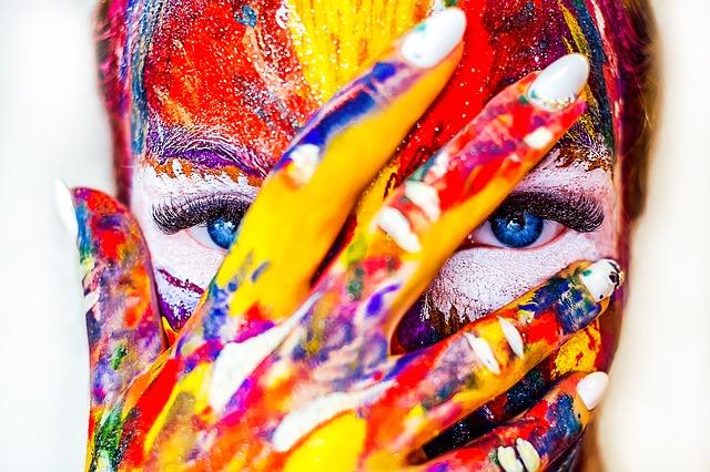 obličej s rukou od barev