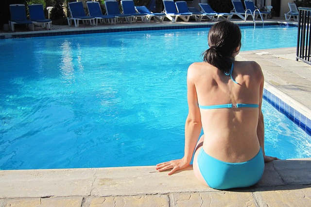 žena v modrých plavkách