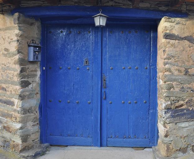 modré záhadné dveře.jpg